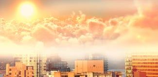 Samengesteld beeld van toneelmening van heldere oranje zon over cloudscape tijdens zonsondergang vector illustratie
