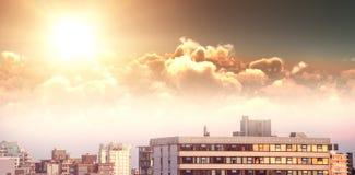 Samengesteld beeld van toneelmening van heldere oranje zon over wolken tijdens zonsondergang stock illustratie