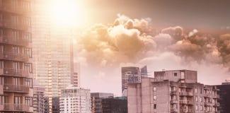 Samengesteld beeld van toneelmening van heldere oranje zon over wolken tijdens zonsondergang royalty-vrije illustratie