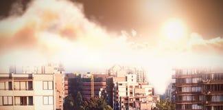 Samengesteld beeld van toneelmening van oranje zon over wolken tijdens zonsondergang royalty-vrije illustratie