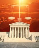 Samengesteld beeld van U S Hooggerechtshof, Schalen van Rechtvaardigheid en rode hemel Stock Foto's