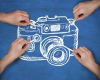 Samengesteld beeld van veelvoudige handen die camera met krijt trekken royalty-vrije stock afbeeldingen