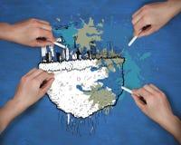 Samengesteld beeld van veelvoudige handen die cityscape met krijt trekken stock foto's