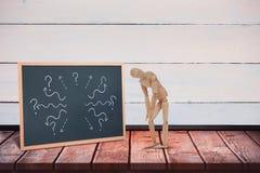 Samengesteld beeld van verwond 3d houten beeldje die zich met handen op knie bevinden Royalty-vrije Stock Foto's
