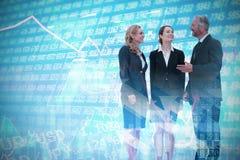 Samengesteld beeld van volledige lengte van bedrijfsmensen die tegen witte achtergrond bespreken stock foto's