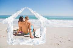 Samengesteld beeld van vrij jong paar die met hun surfplanken het overzees bekijken Royalty-vrije Stock Afbeeldingen