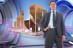 Samengesteld beeld van vrolijke zakenman met hand op heup Stock Afbeelding