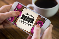 Samengesteld beeld van vrouw die smartphone gebruiken Stock Foto's