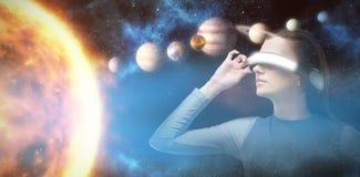 Samengesteld beeld van vrouw die virtuele 3d werkelijkheidshoofdtelefoon ervaren royalty-vrije illustratie