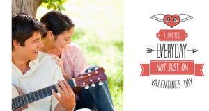 Samengesteld beeld van vrouw het lachen met haar vriend die de gitaar speelt Stock Foto's