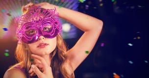 Samengesteld beeld van vrouw het stellen met maskerade in bar stock afbeelding