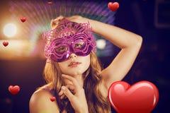 Samengesteld beeld van vrouw het stellen met maskerade in bar stock fotografie