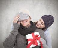 Samengesteld beeld van vrouw het verrassen echtgenoot met gift Royalty-vrije Stock Afbeeldingen