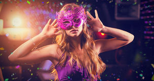 Samengesteld beeld van vrouw met maskerade die op dansvloer dansen stock foto