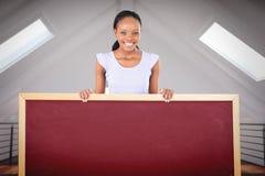 Samengesteld beeld van vrouw met placeholder in haar handen op witte achtergrond stock afbeeldingen