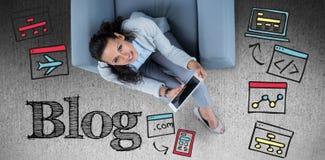 Samengesteld beeld van vrouw op haar tablet die omhoog eruit zien stock afbeeldingen