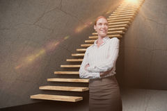 Samengesteld beeld van vrouwelijke die manager met wapens in 3d pakhuis worden gekruist Royalty-vrije Stock Foto's