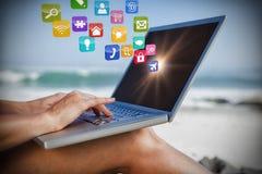 Samengesteld beeld van vrouwenzitting op strand die haar 3d laptop met behulp van Royalty-vrije Stock Afbeelding