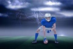 Samengesteld beeld van waakzame Amerikaanse voetbalster in 3d aanvalshouding Stock Afbeelding