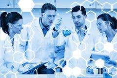 Samengesteld beeld van wetenschappers die aan een experiment bij het laboratorium werken royalty-vrije illustratie