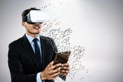 Samengesteld beeld van zakenman die vr glazen dragen terwijl het gebruiken van tablet royalty-vrije stock afbeelding