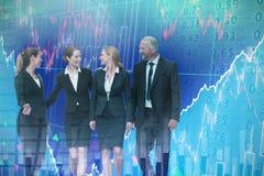 Samengesteld beeld van zakenman die vrouwelijke collega's bekijken die tegen witte achtergrond spreken royalty-vrije stock foto