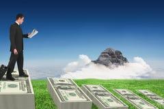 Samengesteld beeld van zakenman die zijn krant van de kofferholding trekken Stock Afbeelding