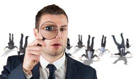 Samengesteld beeld van zakenman het kijken door vergrootglas Royalty-vrije Stock Foto