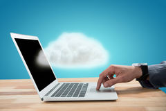 Samengesteld beeld van zakenman het scrollen laptop 3d muis Stock Foto