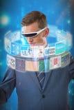 Samengesteld beeld van zakenman het veronderstellen terwijl het gebruiken van virtuele 3d werkelijkheidsglazen Stock Afbeeldingen