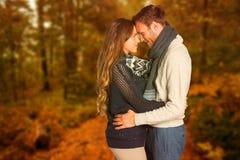 Samengesteld beeld van zijaanzicht van het jonge paar omhelzen royalty-vrije stock foto's