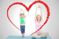 Samengesteld beeld van zwangere moeder en dochter die yoga samen doen royalty-vrije stock foto