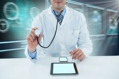 Samengesteld 3d beeld die van arts met stethoscoop onderzoeken Royalty-vrije Stock Afbeeldingen