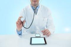 Samengesteld 3d beeld die van arts met stethscope onderzoeken Stock Foto