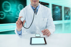 Samengesteld 3d beeld die van arts met stethscope onderzoeken Royalty-vrije Stock Afbeeldingen