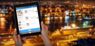 Samengesteld 3d beeld die van handen digitale tablet houden tegen witte achtergrond Royalty-vrije Stock Fotografie