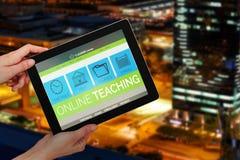 Samengesteld 3d beeld die van handen digitale tablet houden tegen witte achtergrond Stock Foto