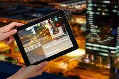 Samengesteld 3d beeld die van handen digitale tablet houden tegen witte achtergrond Royalty-vrije Stock Foto's