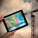 Samengesteld 3d beeld die van handen digitale tablet houden tegen witte achtergrond Royalty-vrije Stock Afbeeldingen