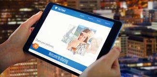 Samengesteld 3d beeld die van handen tablet houden Royalty-vrije Stock Afbeeldingen