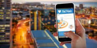 Samengesteld 3d beeld van bebouwd beeld die van hand slimme telefoon houden Stock Foto's