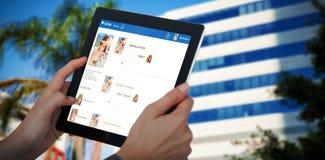 Samengesteld 3d beeld van bebouwd beeld die van onderneemster digitale tablet houden Royalty-vrije Stock Afbeeldingen