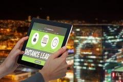 Samengesteld 3d beeld van bebouwd beeld die van onderneemster digitale tablet houden Royalty-vrije Stock Foto's