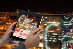 Samengesteld 3d beeld van bebouwd beeld die van onderneemster digitale tablet houden Stock Afbeelding