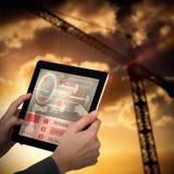 Samengesteld 3d beeld van bebouwd beeld die van onderneemster digitale tablet houden Stock Afbeeldingen