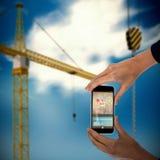 Samengesteld 3d beeld van bebouwde handen van onderneemster die mobiele telefoon houden Royalty-vrije Stock Foto