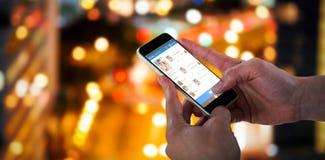 Samengesteld 3d beeld van close-up die van de mens slimme telefoon houden Stock Fotografie