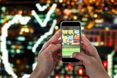 Samengesteld 3d beeld van close-up die van de mens slimme telefoon houden Royalty-vrije Stock Fotografie