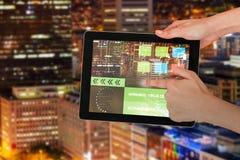 Samengesteld 3d beeld van handen wat betreft digitale tablet tegen witte achtergrond Royalty-vrije Stock Fotografie