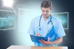 Samengesteld 3d beeld van het knappe chirurg schrijven op klembord Stock Afbeeldingen